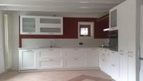cucina in legno di frassino spazzolato laccata bianca