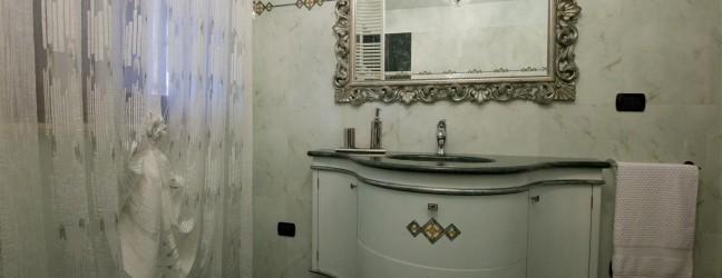 Bagno sagomato con cornice foglia argento