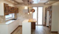 cucina in legno vecchio e frassino spazzolato